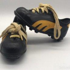 Coleccionismo deportivo: ANTIGUAS BOTAS DE FUTBOL DE NIÑO AÑOS 60/70 HECHAS EN ESPAÑA. Lote 233946020