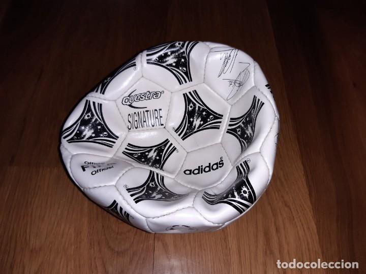 Coleccionismo deportivo: Balón Selección firmado (impresas). Mundial 1994, Adidas Questra signature. Exterior bien, no hincha - Foto 2 - 235584375