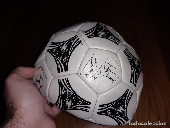 Coleccionismo deportivo: Balón Selección firmado (impresas). Mundial 1994, Adidas Questra signature. Exterior bien, no hincha - Foto 3 - 235584375