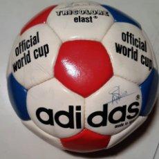 Coleccionismo deportivo: BALÓN ADIDAS TRICOLORE ELAST. AÑOS 70. FIRMADO REAL VALLADOLID. Lote 235902700