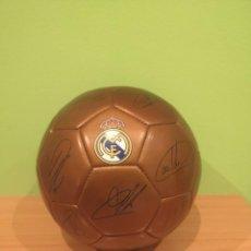 Coleccionismo deportivo: BALÓN REAL MADRID / FIRMADO ED. LIMITADA 2001-2002. Lote 235962410