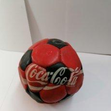 Coleccionismo deportivo: PELOTA FUTBOL AÑOS 60S COCACOLA ES DE PIEL ENVIO GRATIS. Lote 236508030