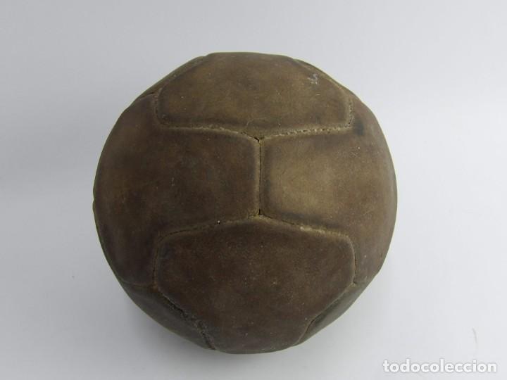 Coleccionismo deportivo: BALON DE FUTBOL DE REGLAMENTO, AÑOS 40 - 50, FORMADO POR 12 GAJOS EN FORMA DE T, TOTALMENTE ORIGINAL - Foto 3 - 240801965