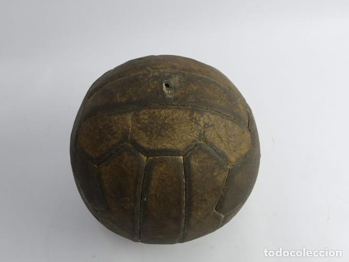 BALON DE FUTBOL DE REGLAMENTO, AÑOS 40 - 50, FUE RESTAURADO UN GAJO, TAL Y COMO PUEDE VERSE EN LAS F (Coleccionismo Deportivo - Material Deportivo - Fútbol)