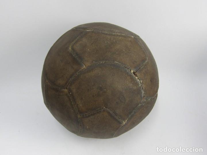 BALON DE FUTBOL DE REGLAMENTO, AÑOS 40-50, REALIZADO CON 18 GAJOS IRREGULARES, TAL Y COMO PUEDE VERS (Coleccionismo Deportivo - Material Deportivo - Fútbol)