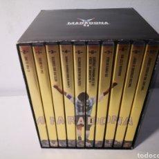 Coleccionismo deportivo: COFRE COLECCIÓN 10 DVDS MARADONA NON SARO MAI UOMO COMUNE. GAZZETTA DELLO SPORT. Lote 243634325