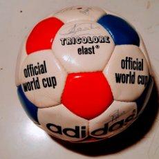 Coleccionismo deportivo: BALÓN ADIDAS TRICOLORE ELAST. 1974. FIRMADO. Lote 243846085