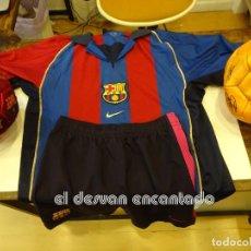 Coleccionismo deportivo: FC BARCELONA. LOTE. CAMISETA + PANTALON TALLA JUVENIL + DOS BALONES MERCHANDISING. VER FOTOS. Lote 243864715