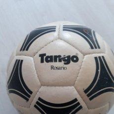 Coleccionismo deportivo: BALON ADIDAS TANGO ROSARIO CON FIRMA DE MARADONA. Lote 252124075