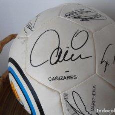 Coleccionismo deportivo: TEMPORADA 2004, PELOTA VALENCIA C.F CON LAS FIRMAS DE LA PLANTILLA. AÑO MEJOR EQUIPO DEL MUNDO.. Lote 256032180