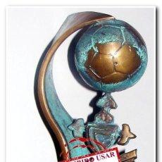 Coleccionismo deportivo: ESCUDO CELTA CON BALÓN DE FÚTBOL EN BRONCE, ANO 2005. Lote 257624475