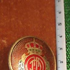 Coleccionismo deportivo: CHAPA ANTIGUA DEL REAL CLUB DEPORTIVO MALLORCA PARA MOTO VESPA. Lote 260554550