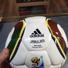 Coleccionismo deportivo: BALÓN FÚTBOL ADIDAS 2010 JABULANI PRÁCTICAMENTE NUEVO CON LAS PEGATINAS. Lote 262952705