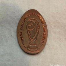 Coleccionismo deportivo: MONEDA ELONGADA ESPAÑA CAMPEONES DEL MUNDO 2010. Lote 263226585