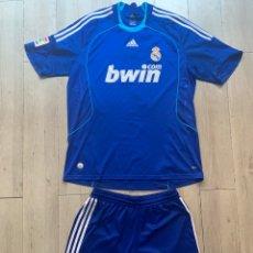 Coleccionismo deportivo: EQUIPACIÓN REAL MADRID TEMPORADA 2008/2009 ADIDAS RAÚL CAMISETA Y PANTALON BWIN AZUL XL. Lote 263644900
