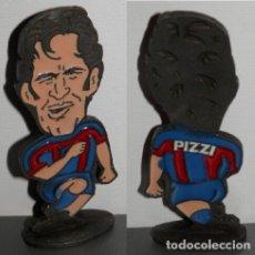 Coleccionismo deportivo: FIGURA METÁLICA DEL FUTBOL CLUB BARCELONA DE LA TEMPORADA 1998/99 - PIZZI. Lote 277161093