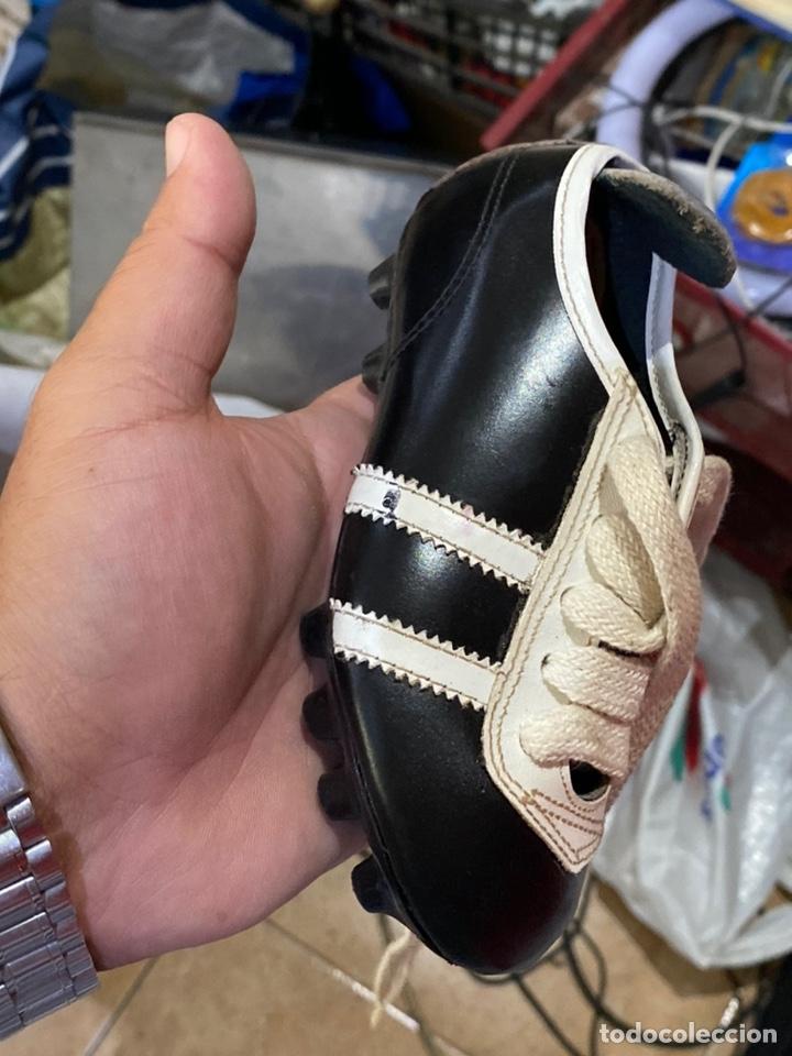Coleccionismo deportivo: ntiguos zapatos de futbol niños cortty número 24 . Excelente estado - Foto 2 - 277420358