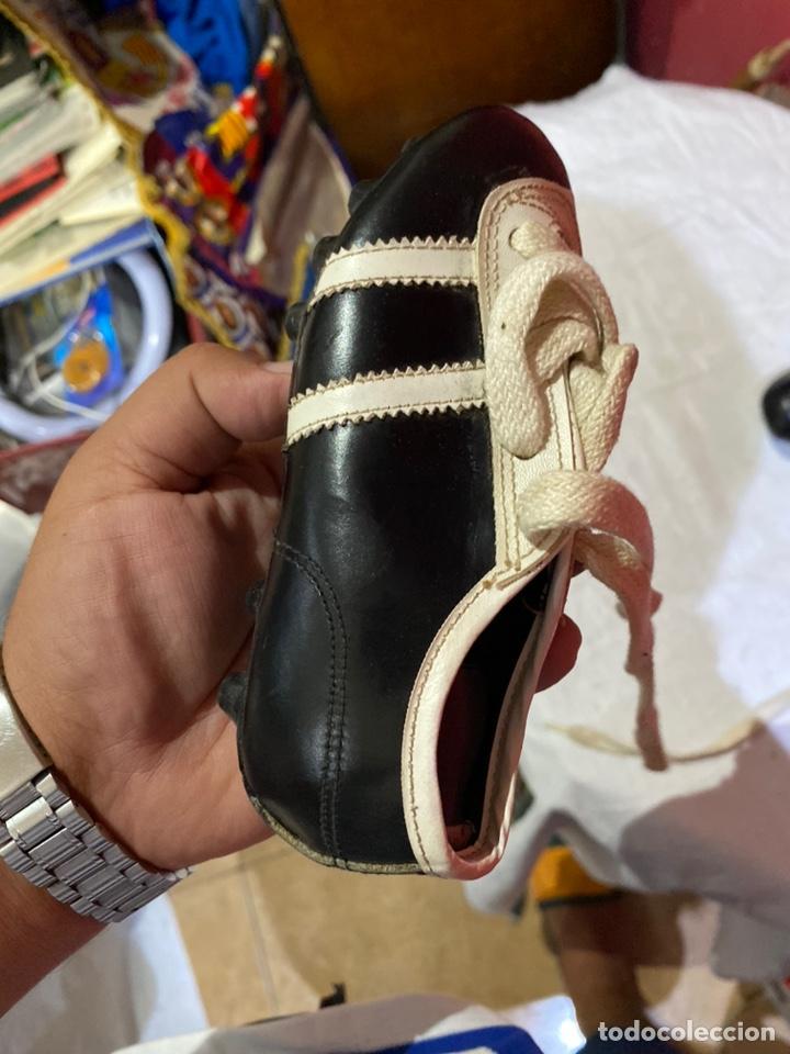 Coleccionismo deportivo: ntiguos zapatos de futbol niños cortty número 24 . Excelente estado - Foto 4 - 277420358