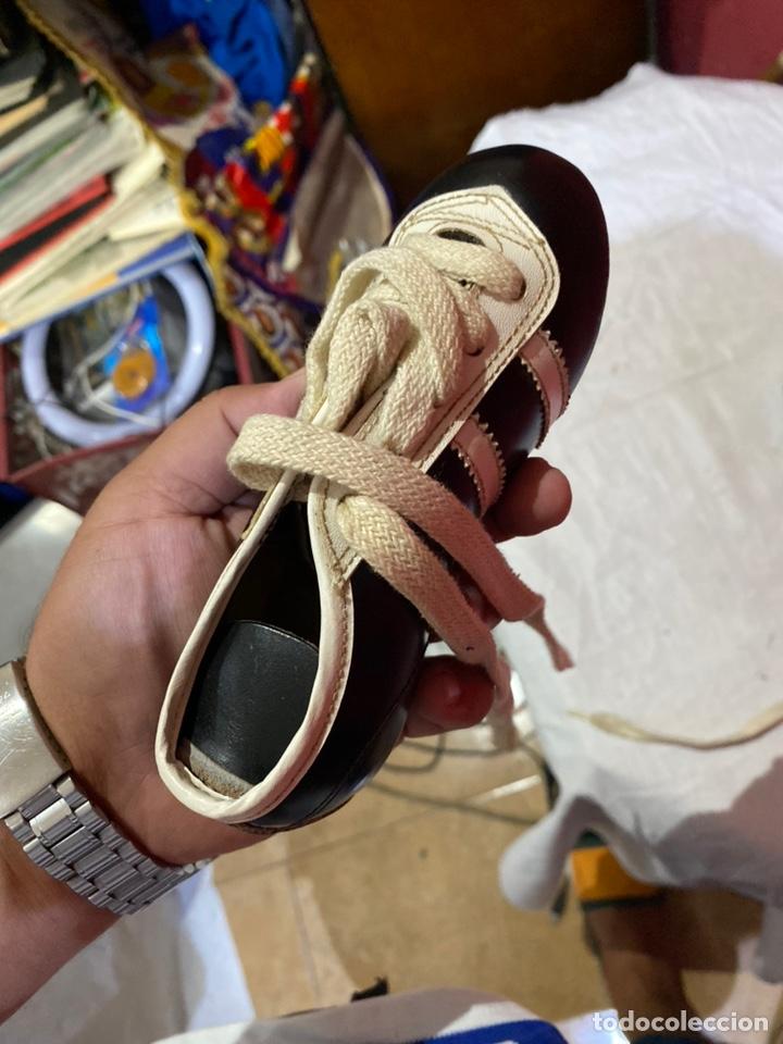 Coleccionismo deportivo: ntiguos zapatos de futbol niños cortty número 24 . Excelente estado - Foto 5 - 277420358