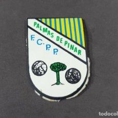 Coleccionismo deportivo: ESCUDO DE PECHO DEL EQUIPO DE FUTBOL CLUB PALMAS DE PINAR. Lote 279514473