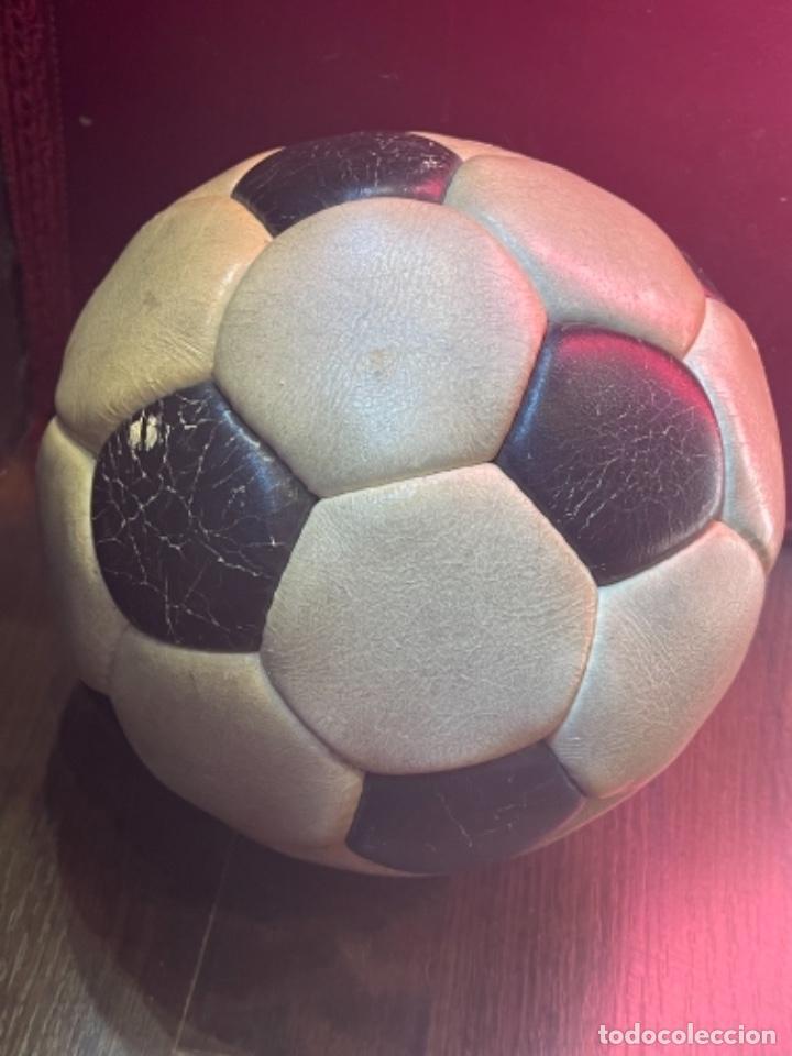 Coleccionismo deportivo: BALÓN FUTBOL AÑOS 70 REXACH MARTÍ OFICIAL 3 CON FIRMA DE CRUYFF Y OTROS JUGADORES F.C.BARCELONA (GM) - Foto 3 - 287704653
