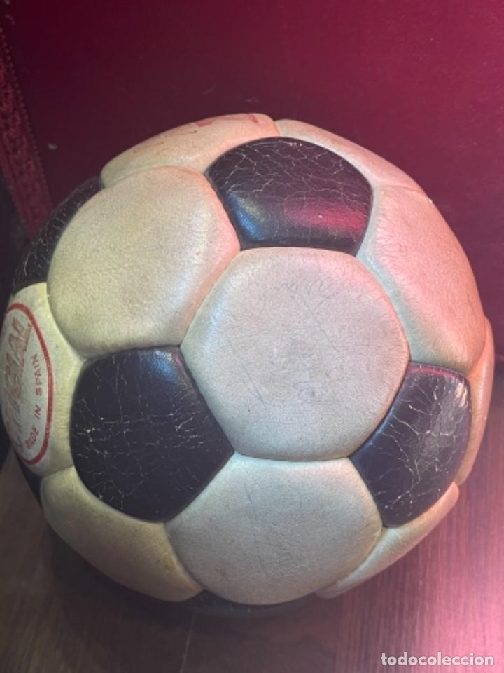 Coleccionismo deportivo: BALÓN FUTBOL AÑOS 70 REXACH MARTÍ OFICIAL 3 CON FIRMA DE CRUYFF Y OTROS JUGADORES F.C.BARCELONA (GM) - Foto 4 - 287704653