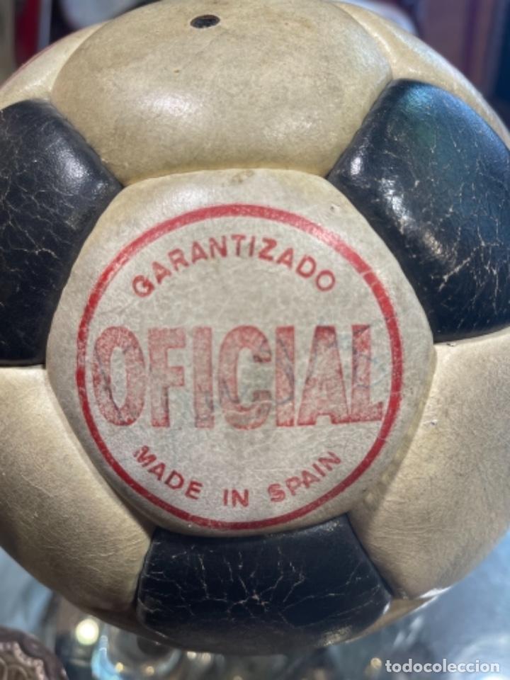 Coleccionismo deportivo: BALÓN FUTBOL AÑOS 70 REXACH MARTÍ OFICIAL 3 CON FIRMA DE CRUYFF Y OTROS JUGADORES F.C.BARCELONA (GM) - Foto 5 - 287704653