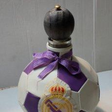 Coleccionismo deportivo: BOTELLA BALÓN REAL MADRID CON ESCUDO VACIA. Lote 288208698