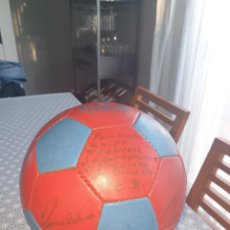 Coleccionismo deportivo: BALON , DEDICADO Y FIRMADO POR LA PLANTILLA DEL F.C.BARCELONA RONALDO 97/98. Lote 293166653