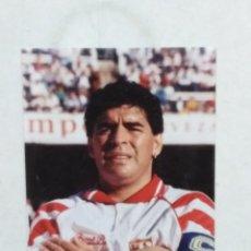 Coleccionismo deportivo: FOTOGRAFÍA DE MARADONA EN EL SEVILLA F.C ( TEMPORADA 1992-1993 ) 21.50 CM X 15 CM. Lote 294841973
