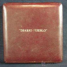 Material numismático: ESTUCHE DE MEDALLA DIARIO PUEBLO CUERO TERCIOPELO SEDA PPIOS S XX. Lote 36437842