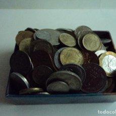 Material numismático: CAJITA CON MAS DE DOSCIENTAS MONEDAS DE DIFERENTES PAISES. Lote 103361083
