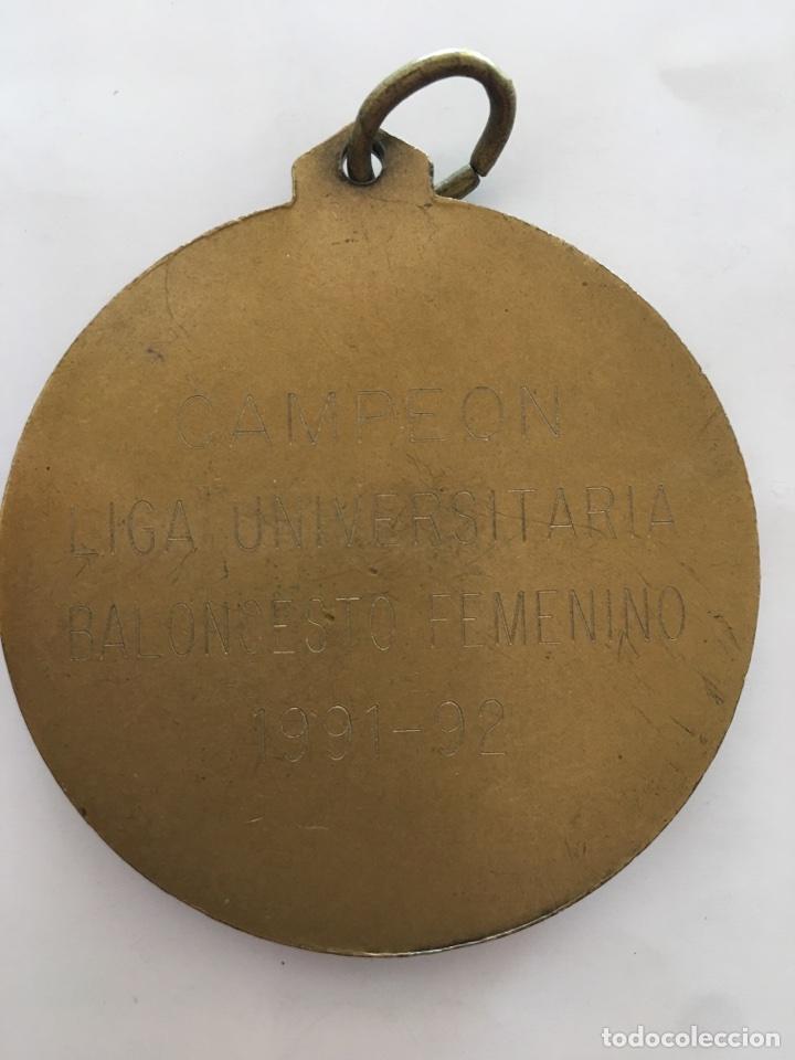 Material numismático: MEDALLA: CAMPEÓN / LIGA UNIVERSITARIA / BALONCESTO FEMENINO / 1991 - 92. - Foto 2 - 119071960