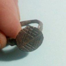 Material numismático: PRECIOSO ANILLO DE BRONCE CON GRABADOS. Lote 125153660