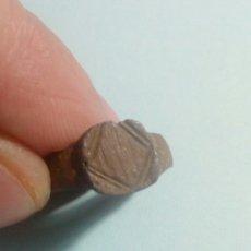 Material numismático: ANTIGUO ANILLO DE BRONCE CON GRABADOS. Lote 125153842