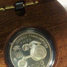 Material numismático: MONEDA DE PLATA PROOF ESPAÑA JUEGOS PARALIMPICOS ATLETISMO SILLA DE RUEDAS AÑO 2000 1000 PTS. Lote 218736260