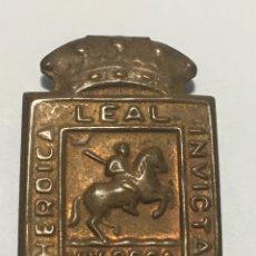 Material numismático: HUESCA. EMBLEMA METÁLICO DE AUXILIO SOCIAL FALANGE. Lote 236504690