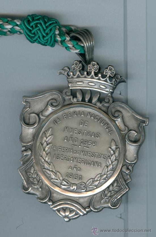 Medallas condecorativas: 1ª Feria Nacional Muestras y 1ª Feria Muestras Iberoamericana, 1958-61. Sevilla.Condecoración plata - Foto 2 - 26197070