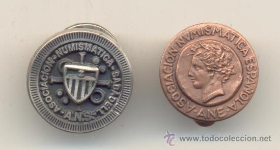 DOS INSIGNIAS DE SOLAPA DE SOCIO DE ASOCIACIÓN NUMISMÁTICA.ESPAÑOLA Y A.NUMISMÁTICA SABADELL (Numismática - Medallería - Condecoraciones)