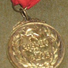 Medallas condecorativas: MEDALLA DE ORO CONDECORACION - BOMBEROS - BOMBERO - SEVILLA - PREMIO AL VALOR - AÑOS 60/70. Lote 45549017