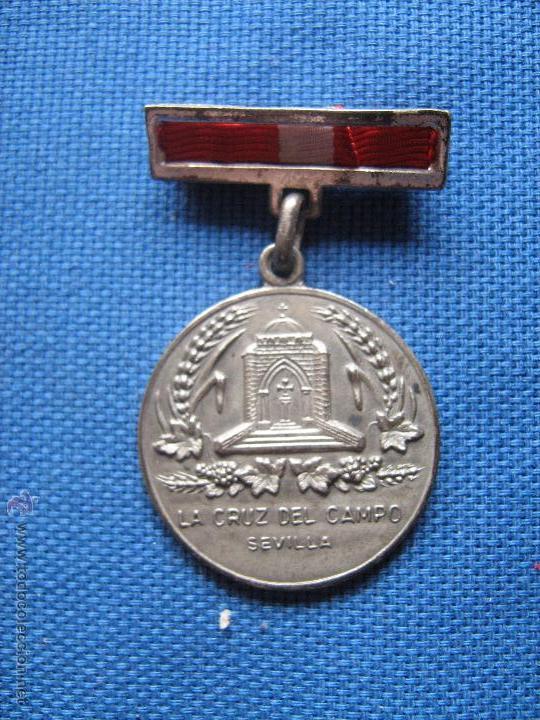 SEVILLA - LA CRUZ DEL CAMPO - MEDALLA PREMIO JOSE Mª OSBORNE A LA CONSTANCIA - 1947 - MUY RARA (Numismática - Medallería - Condecoraciones)