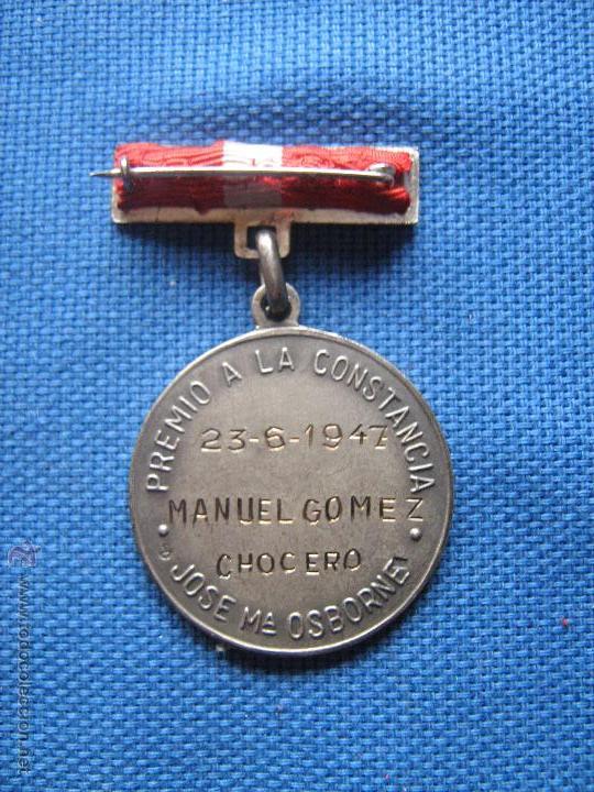Medallas condecorativas: SEVILLA - LA CRUZ DEL CAMPO - MEDALLA PREMIO JOSE Mª OSBORNE A LA CONSTANCIA - 1947 - MUY RARA - Foto 2 - 51048793