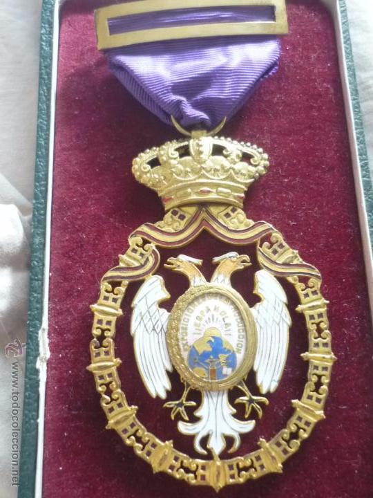 MEDALLA DE ORO DE LA FERIA DE NAVIDAD DEL RETIRO DE MADRID DE 1927 ( ES PLATA DORADA) (Numismática - Medallería - Condecoraciones)