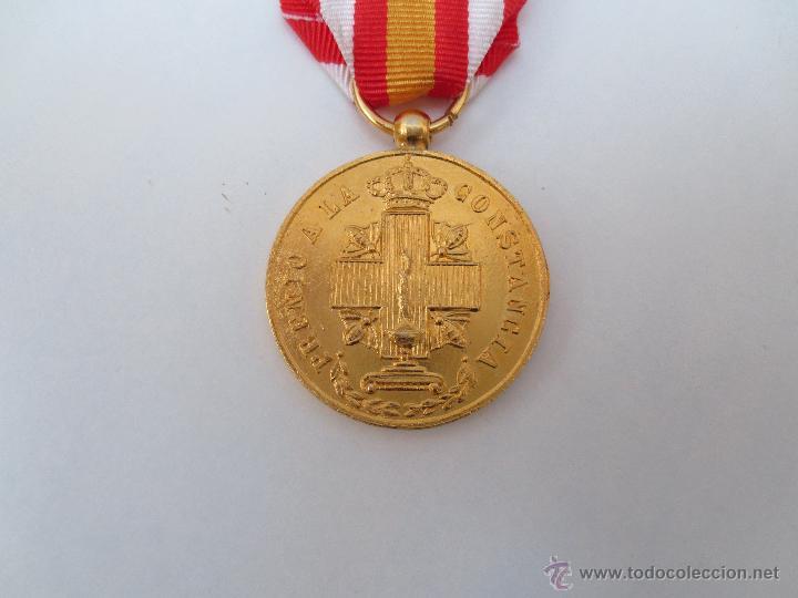 Medallas condecorativas: MEDALLA DE LA CRUZ ROJA - PREMIO A LA CONSTANCIA - DORADA. - Foto 3 - 54653770
