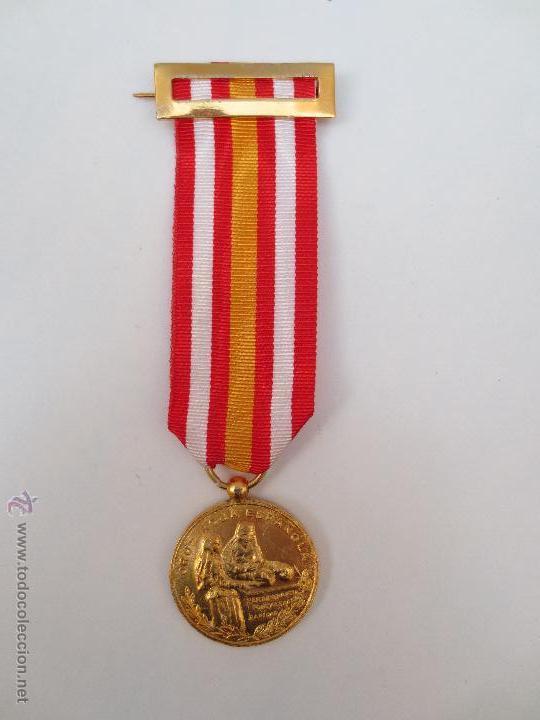 MEDALLA DE LA CRUZ ROJA - PREMIO A LA CONSTANCIA - DORADA. (Numismática - Medallería - Condecoraciones)