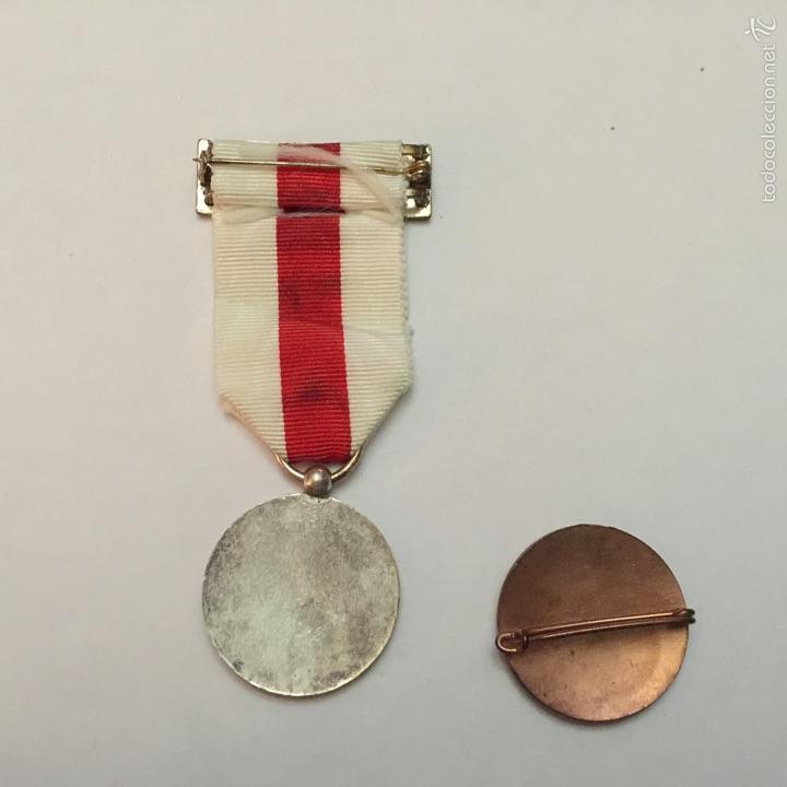 Medallas condecorativas: CRUZ ROJA ESPAÑOLA. MEDALLA Y PIN A LA CONSTANCIA. FIESTA DE LA BANDERITA. - Foto 2 - 55155010