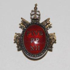 Medallas condecorativas: INSIGNIA DE MÉRITO DEL PAPA PÍO XII. PLATA Y ESMALTE. ITALIA. AÑOS 50. Lote 58180595