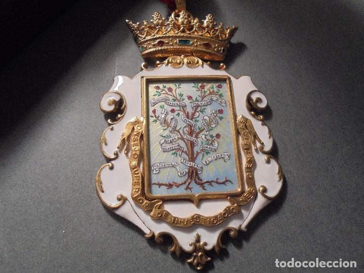 ANTIGUA MEDALLA DE PLATA DORADA Y ESMALTES CON SU ESTUCHE DEL CONSEJO SUPERIOR DE INVESTIGACIONES (Numismática - Medallería - Condecoraciones)