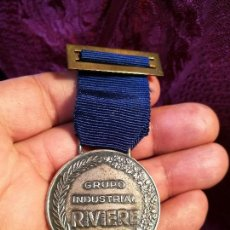 Medallas condecorativas: MEDALLA CONDECORACION HONOR A LA CONSTANCIA FABRICA RIVIERE POBLENOU BARCELONA AÑOS 60 --PLATA . Lote 88189624