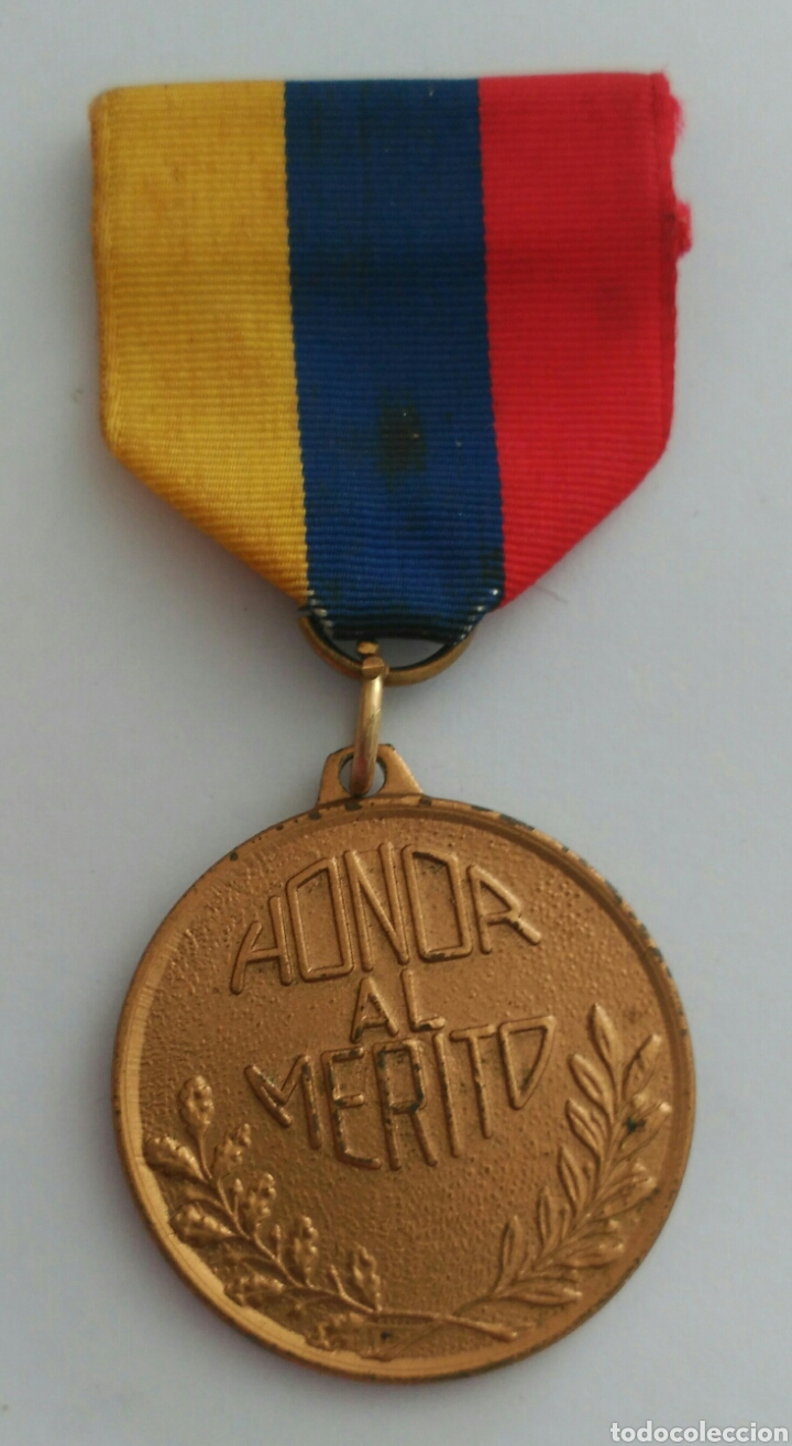 MEDALLA HONOR AL MÉRITO CON LA CINTA TRICOLOR DE VENEZUELA. ANTIGUA (Numismática - Medallería - Condecoraciones)